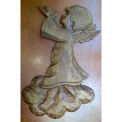 Płaskorzeźba drewniana - Anioł w chmurach (32 x 18 cm)