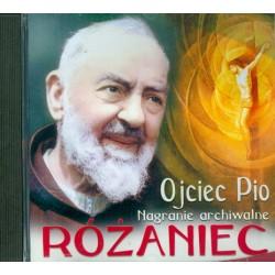 Ojciec Pio odmawia z wiernymi różaniec